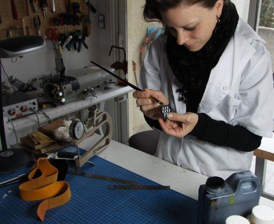 Finition des tranches du cuir à la peinture