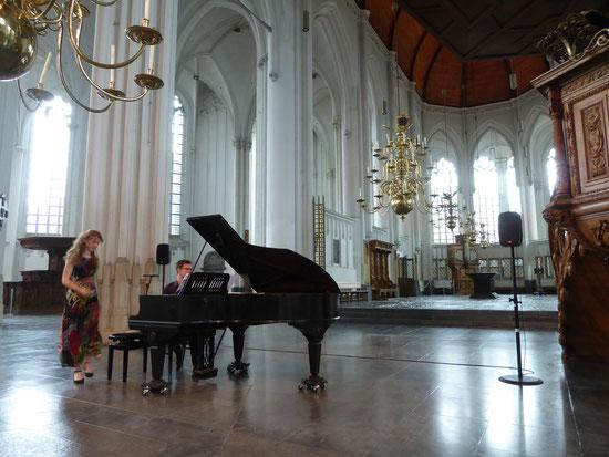 Stevenskerk - 13 juni 2020 - Vierhandig pianoconcert door Marte en Marten. Zittend op energielijn Charlotte/ Sinte-Ontcommer geniet ik van de klanken.