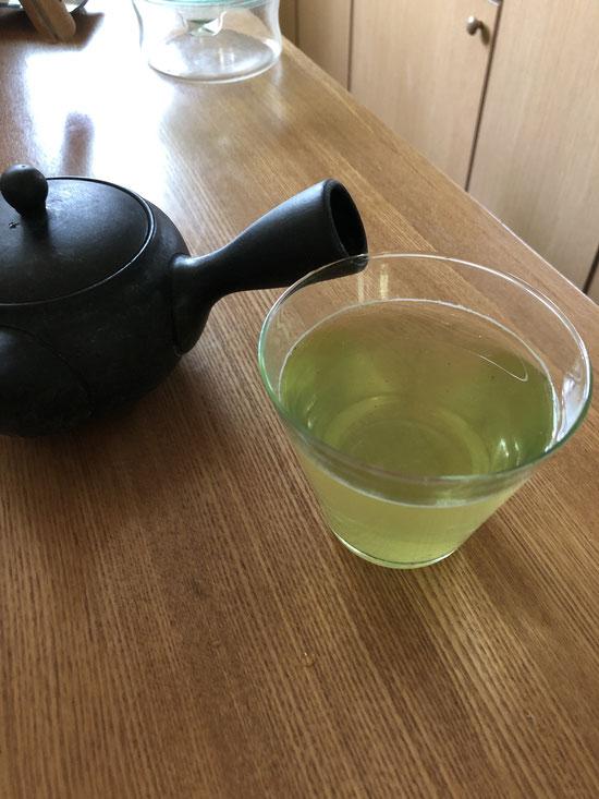 水出し緑茶の茶葉をいただいた。説明通りに入れてみたら、「The 涼」という感じの見た目と味で夏のテンションアップ。