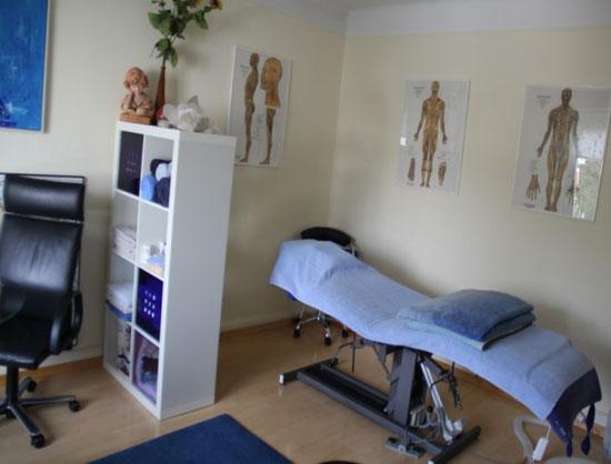 Praxisraum mit Blick auf Liege. Sich mit Massage wieder geschmeidiger fühlen. Link: Manuelle Therapie mit den anderen Therapieformen