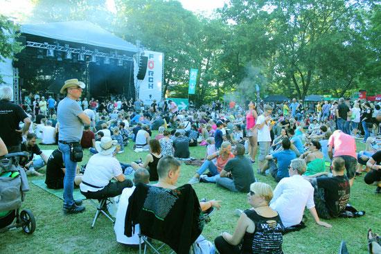 Livemusik inmitten großer alter Bäume. Die Bonfelder Schlossparkbühne am frühen Abend.