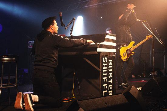 Pianist und Sänger Jet Baker war der Aktivposten beim Auftritt von Buster Shuffle. Zum Schluss brachten die Briten zur Freude des Publikums ein langes Medley mit Klassikern von Queen und The Beatles.