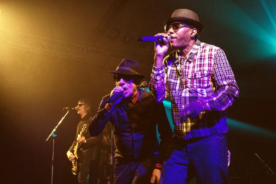 """Dub Pistols untermauerten beim """"Querbeat"""" ihren Headliner-Status mit einem mitreißenden Auftritt, der fast das ganze Zelt zum Tanzen brachte."""