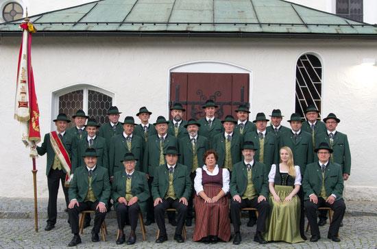 Die Sängerrunde in neuer Tracht, mit Fahnenmutter Rosemarie Daller, unserer guten Fee Resi Schneebauer und Pianistin Katrin-Anna Zibuschka