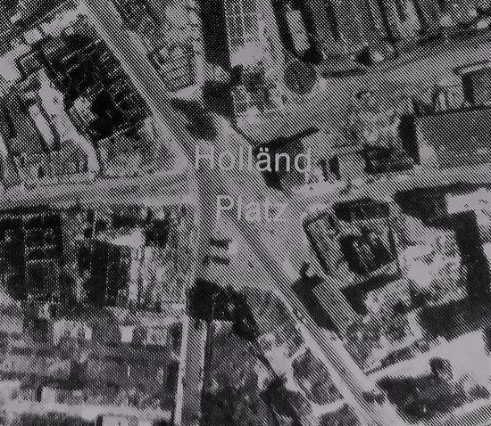 """Luftaufnahme aus 1942 (die 86 1/2 ist das Haus rechts neben dem Wort """"Platz"""")"""