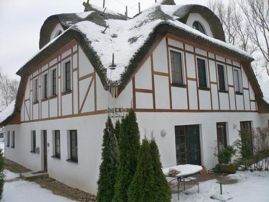 Eckansicht Wohnung mit Eingang, Terrasse und Garten