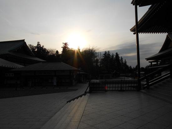 「成田山からの夕日 よく見ると有難いお姿が・・・。」