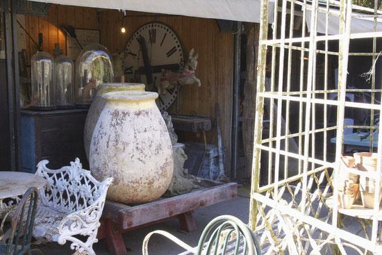 Die Dörfer von Antiquitätenhändlern in isle-sur-la-Sorgue vereinen fast 300 kleine Laden