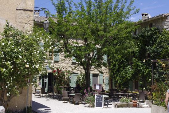 Der place de la croix Platz in Oppède-le-vieux mit dem kleine Café