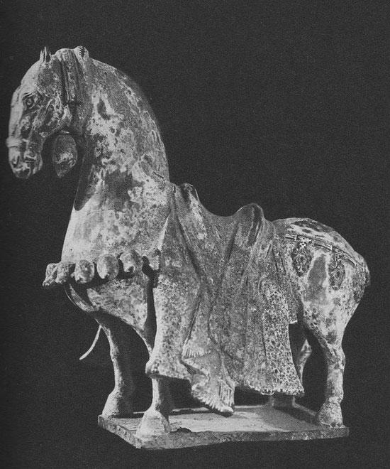 XII. Cheval sellé, terre cuite noire, peinture blanche.  Époque Wei (Ve siècle) (Collection Ch. d'Ardenne de Tizac, Paris).