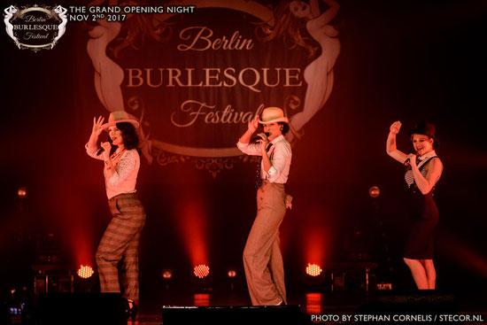 Auf dieser Veranstaltung (Berlin Burlesque Festival) verbreiten The Cool Cats eine ähnliche Stimmung wie sie in dem von Zu Asche zu Staub Video transportiert wird.