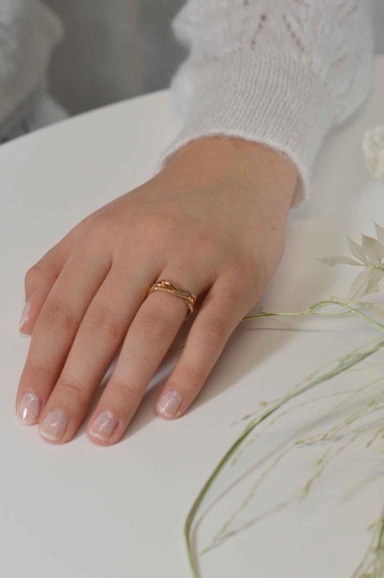 bague composée de 3 anneaux carrés martellés en or rose 18 carats