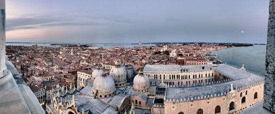 Wundervolle Aussicht auf den aus Marmor und Gold erbaute Markusdom.