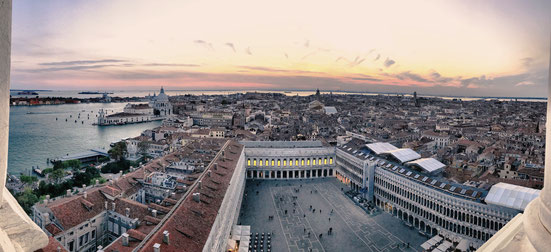 Markusplatz in Venedig und Dogenpalast