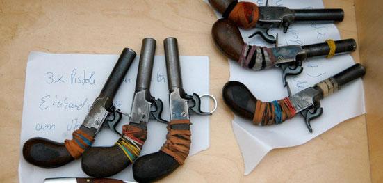 Die sichergestellten Liegi Derringer des Täters. Quelle: https://www.welt.de/vermischtes/weltgeschehen/article13407984/Duesseldorf-Schuetze-war-mit-sechs-Pistolen-bewaffnet.html