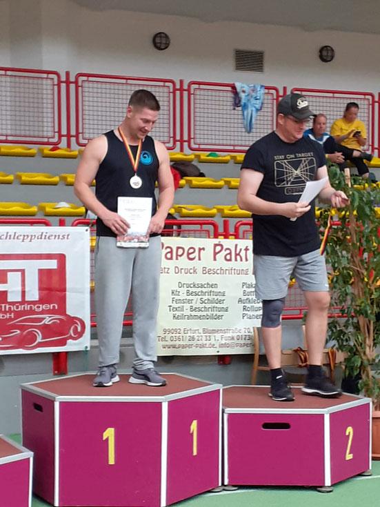 Hendrik Szabó (links) siegte mit der enormen Leistung von 9,88 m!
