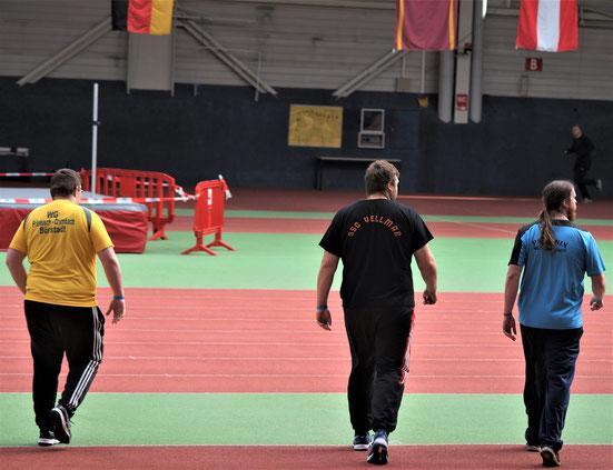 Hier sind die enormen Gewichtsunterschiede erkennbar!  Ruben Loew (rechts), selbst ein gestandenes Mannsbild, wirkt vergleichsweise leicht!