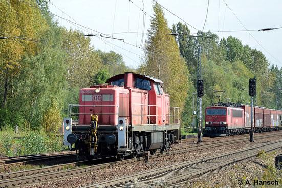Im Hintergrund wartet 155 011-0 wegen eines Lokführerwechsels, als 294 754-7 als Lz vorbei rollt. So gesehen am 18. September 2014 in Leipzig-Thekla