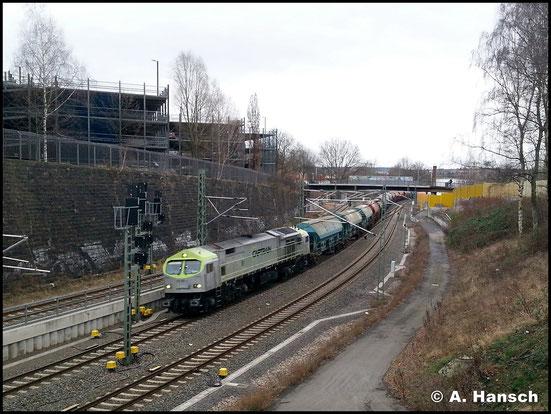 Gleiche Stelle, gleiche Lok. Diesmal mit Last. Am 25. Januar 2018 schleppt sie einen Düngerzug durch Chemnitz