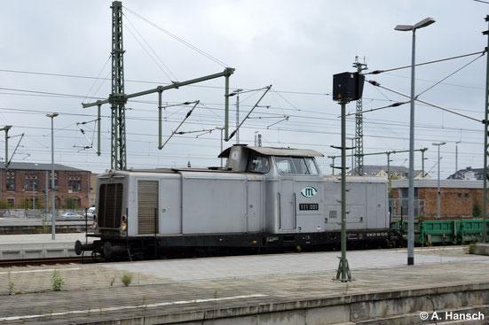 211 160-7 (ITL 111 001) überrascht mich am 3. September 2014 mit kurzem Flachwagenzug in Chemnitz Hbf.