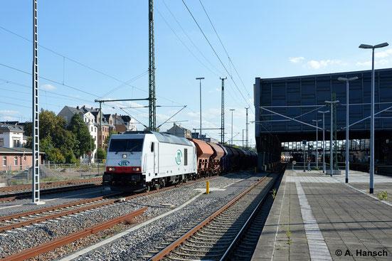 Eine langen Leerzug aus Getreidewagen zieht 285 106-1 der ITL am 28. August 2014 durch Chemnitz Hbf.