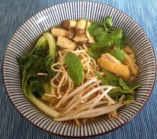 Aziatische kippensoep met paksoi, noedels, paddenstoelen, taugé, koriander en Thaise basilicum.