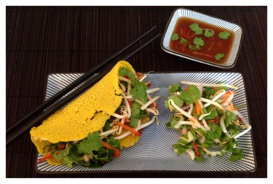 Banh Xeo, Vietnamese pannenkoeken gevuld met groenten en kruiden en nuoc cham (Vietnamese dipsaus).