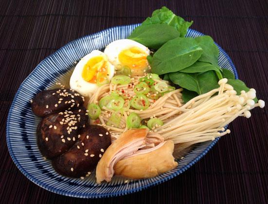 Miso ramen met ei, paddenstoelen, spinazie en kip.