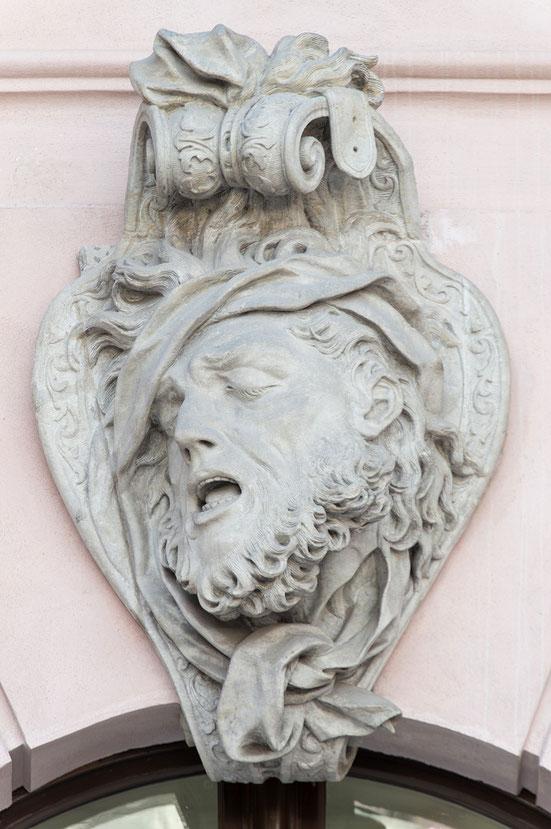 Maske im Schlüterhof des Deutschen Historischen Museums