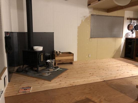 手前が1年超を過ごした下地合板の床。これはこれで気に入っていたのですが。奥が新しいカラマツのフローリング。