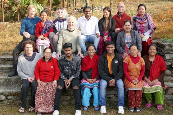 Unser indisch-deutsches Team mit den Hausmüttern des Kinderdorfes