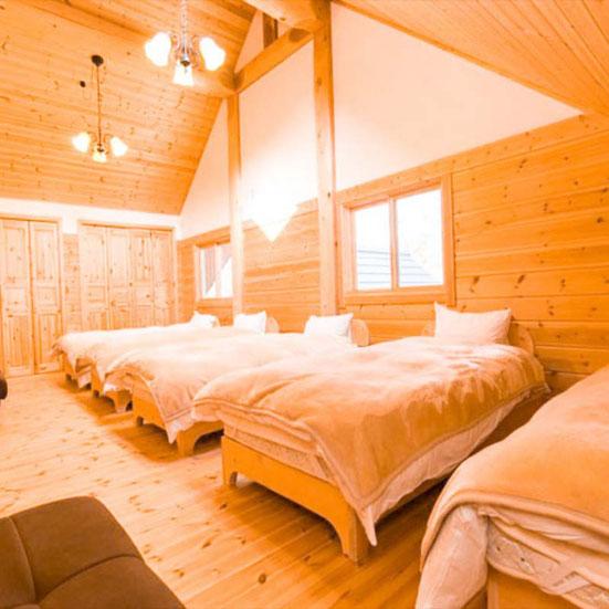 2階はベッドのある個室のほか、広々としたロフト付き