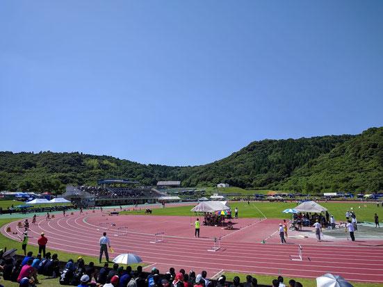 陸上競技会場の薩摩川内市陸上競技場は快晴のいい天気でした。