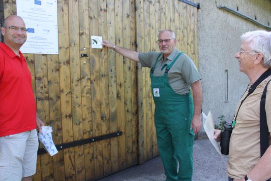 """In diesem Jahr konnten wir zwei Plaketten """"Schwalbenfreundliches Haus"""" überreichen. Damit wird sich  bei Leuten bedankt, die die Schwalben an oder in ihren Gebäuden dulden."""
