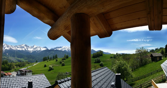 Ausblick auf die Berge vom Balkon der TyroLadis Chalets
