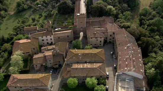 Il borgo di Bolgheri con castello e fortificazione, visto dall'alto.