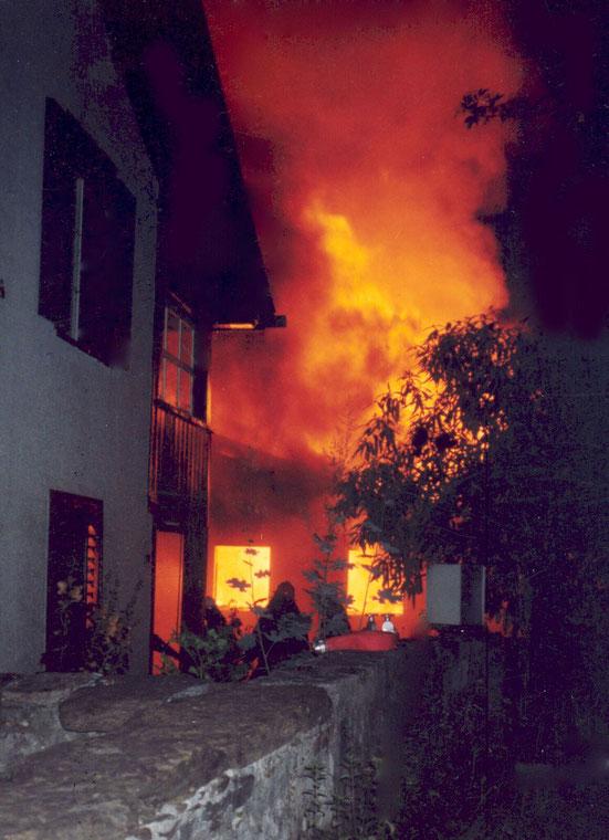 Das Feuer war bedrohlich nahe an den angrenzenden Häusern.