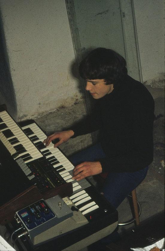 Der heutige Inhaber Hans-Jörg André 1977 im Keller des Geschäftshauses bei der Probe