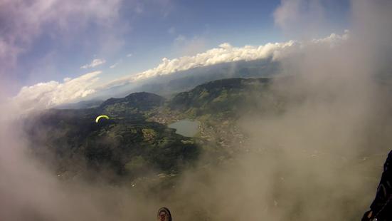 Un parapente vu au travers du nuage