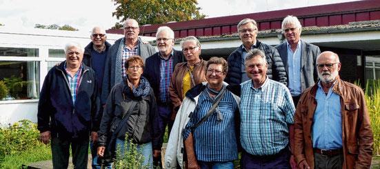 Besichtigten nach 50 Jahren ihre alte Schule: Die Ehemaligen der Schenefelder Aufbauzug-Klasse.