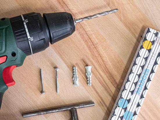 Bohrmaschine, Schrauben und Dübel zum Befestigen