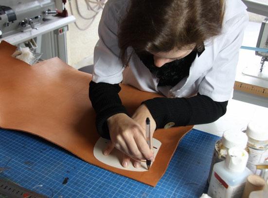 Tracé sur cuir à l'aide d'un  gabarit avant découpe des pièces de cuir.