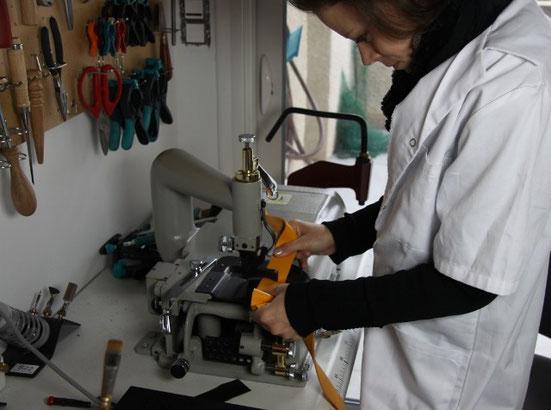 Mise à l'épaisseur à l'aide d'une pareuse qui permet de réduire l'épaisseur du cuir à des fin techniques et esthétiques.