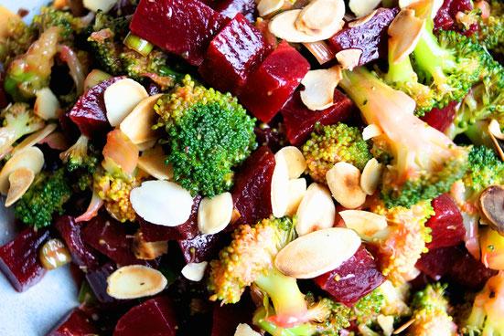 Winterlicher Gemüsesalat mit Brokkoli und Roter Beete.