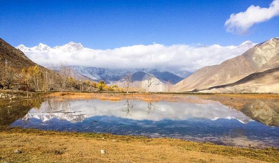 Traumhafte Spiegelung in einem kleinen See