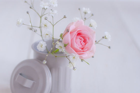 トラッシュボックスにピンクのバラとカスミソウ。