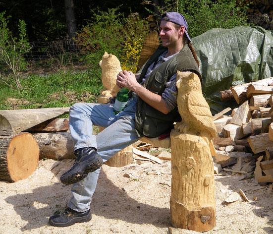 Totempfahl in der Hagenbachklamm, zusammen mit seinem Hersteller Künstler und Holzschnitzer Matthias Flieger, Höhe ca. 4m