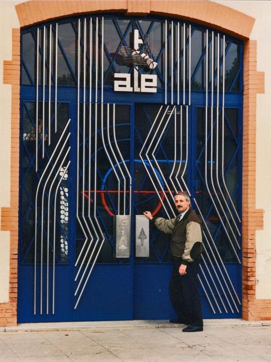 M. Lucien AUGÉ, concepteur et réalisateur de la nouvelle porte s'apprête à rentrer dans le bâtiment de la Direction.