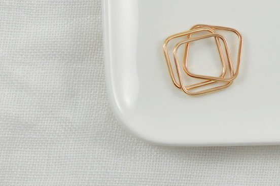 Bague en or rose 18 carats recyclé composée de trois anneaux carrés