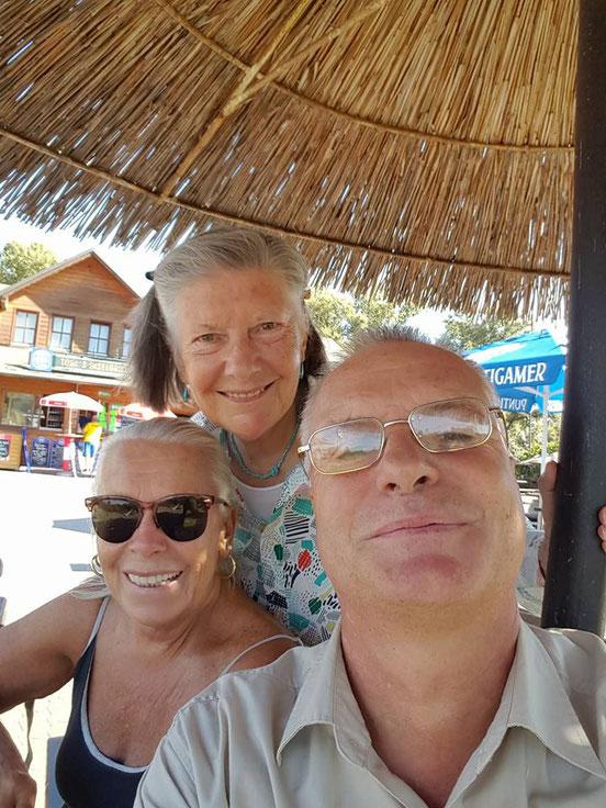 30.09.2016: Am Weg zum 'Roten Hiasl' Zwischenstopp bei 'Toni's Inselgrill' am Hubertusdamm. Von links: Gitta, Christine, Franzi.